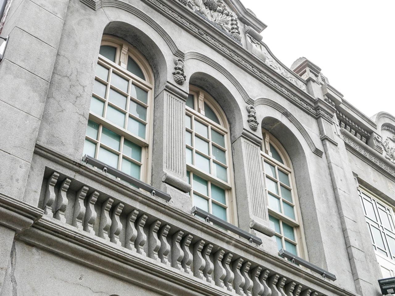 3連アーチ形窓