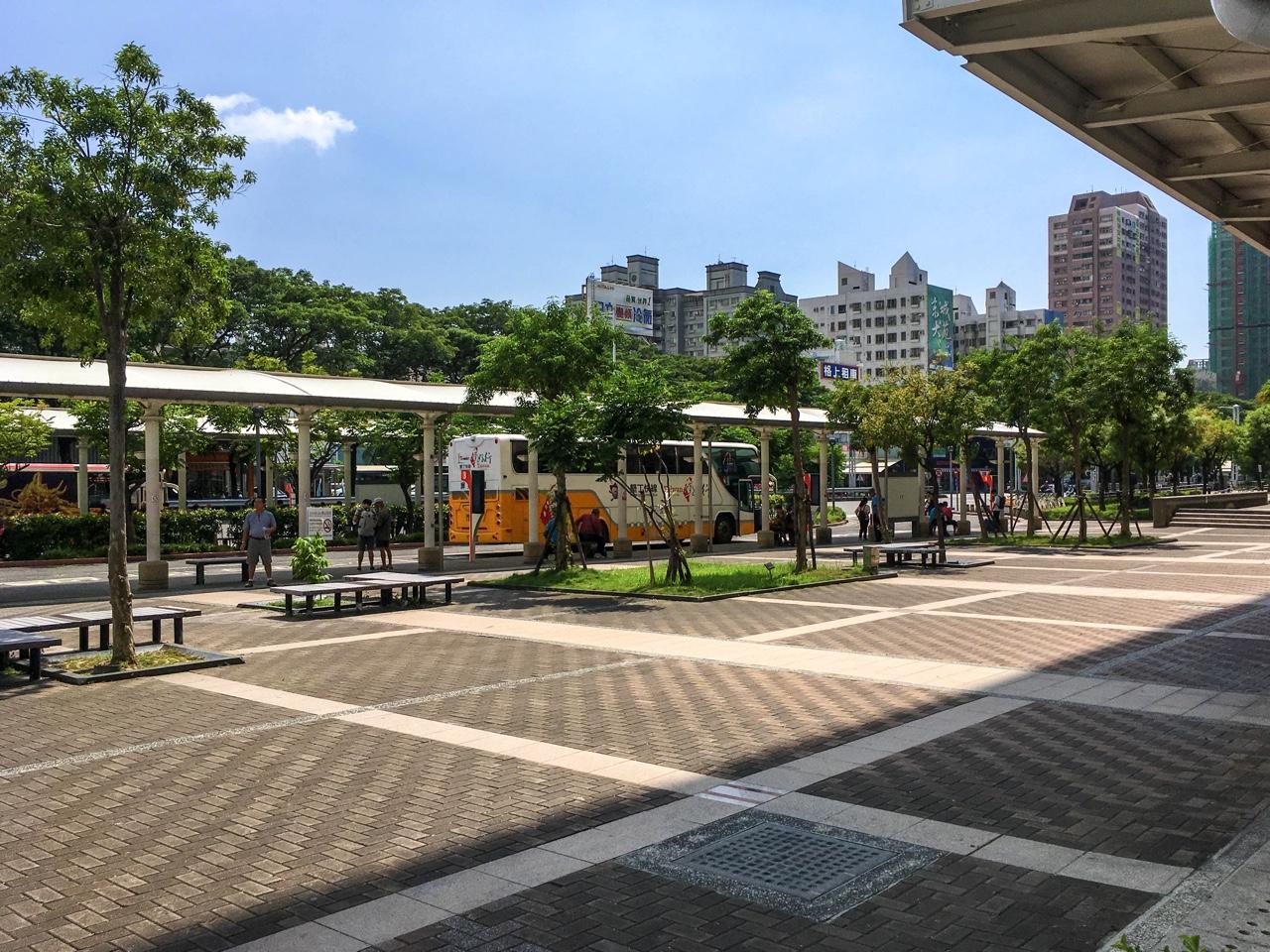 左営駅付近のバスターミナル