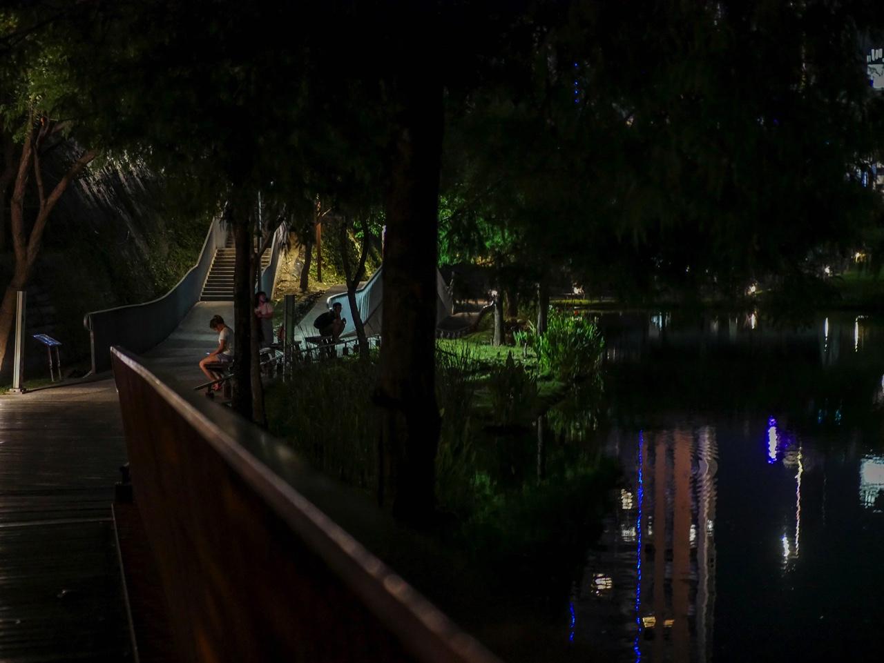 秋紅谷廣場の夜景09
