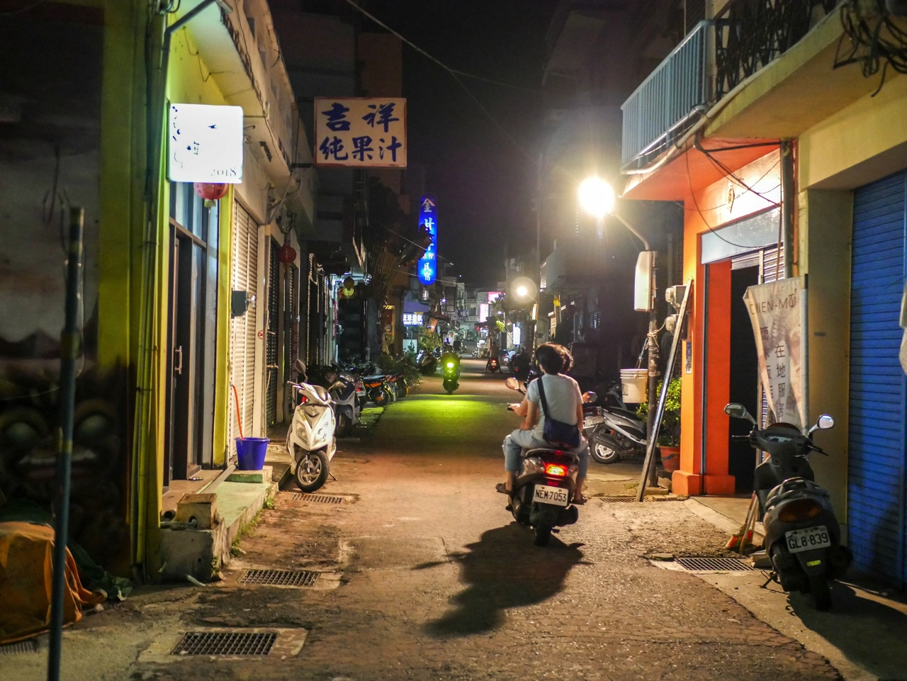 小琉球でバイクに乗る人