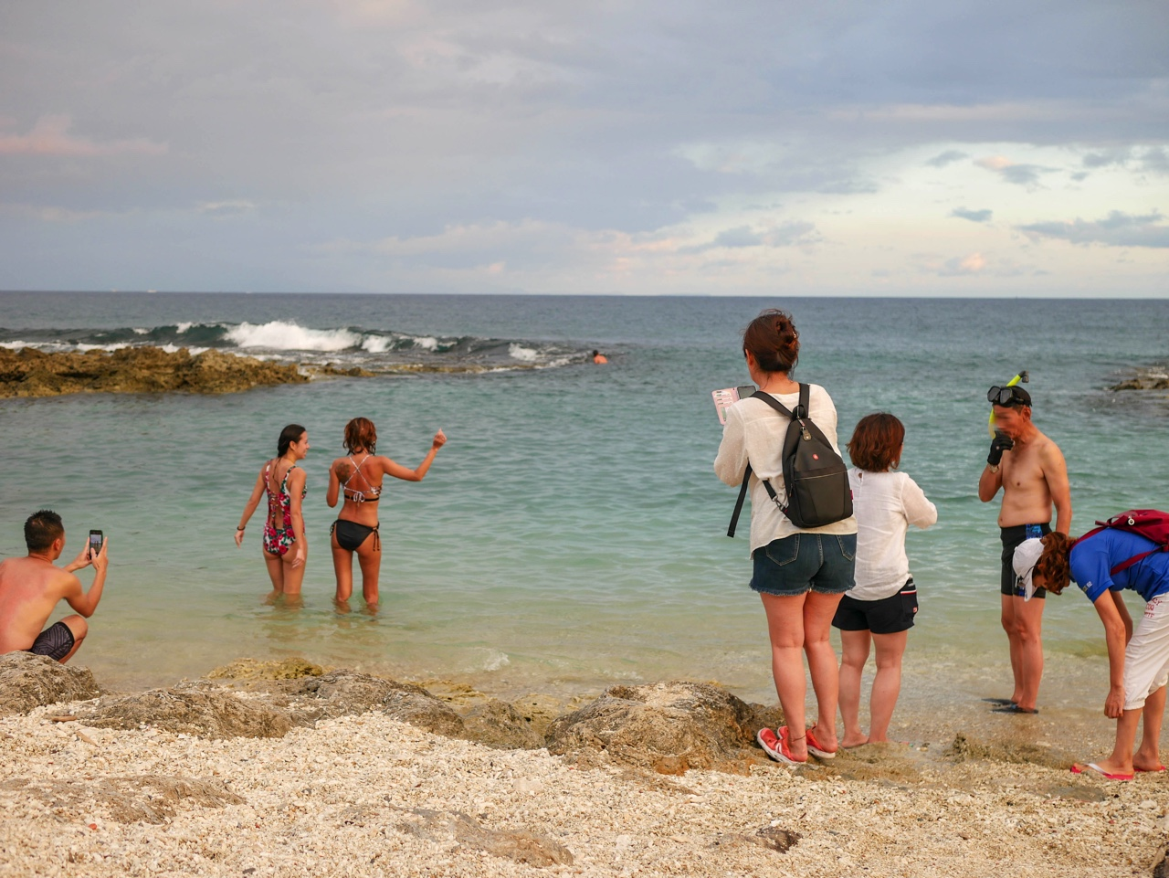 小琉球の海で遊ぶ台湾人