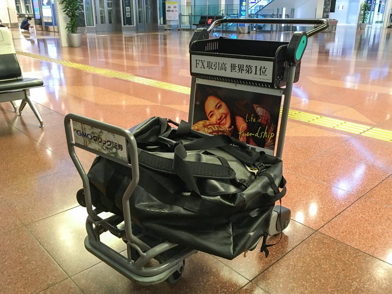 空港のカートに乗った荷物