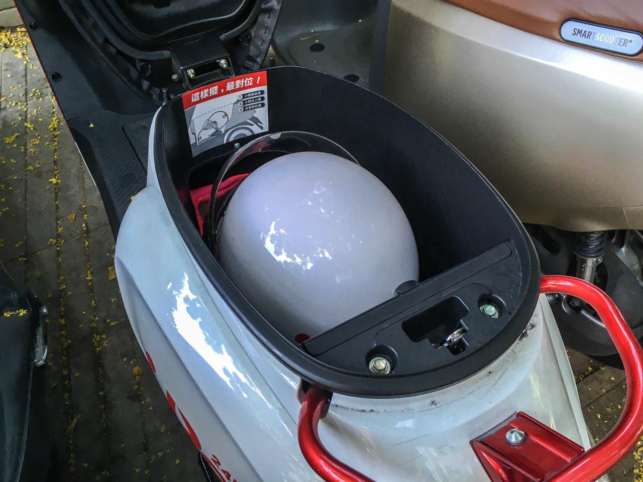 iRentバイクのメットインとヘルメット