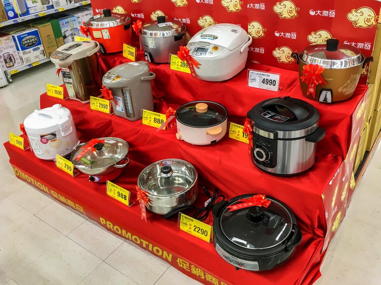 ひな壇風に並べられた調理器具