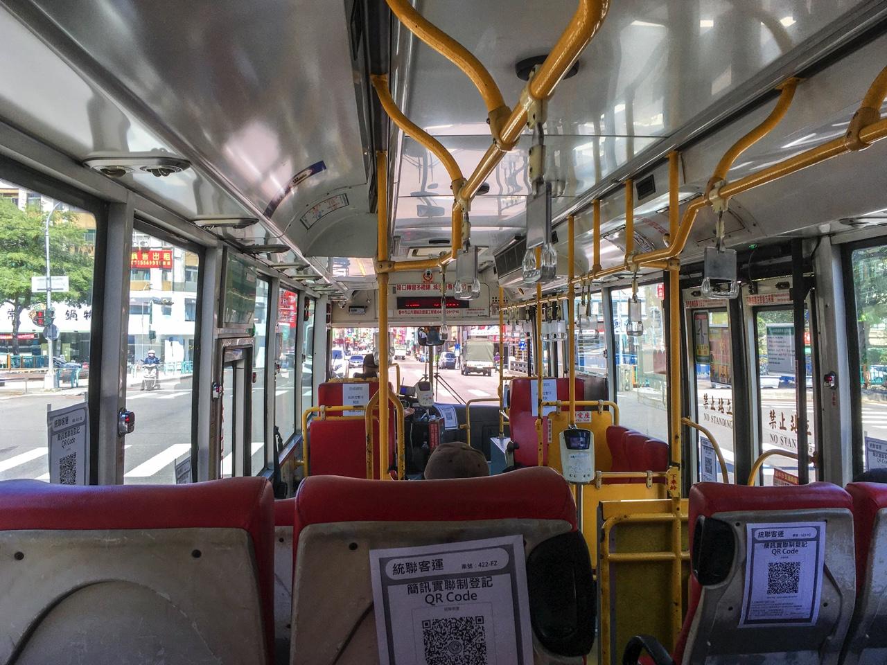台中のバスの車内