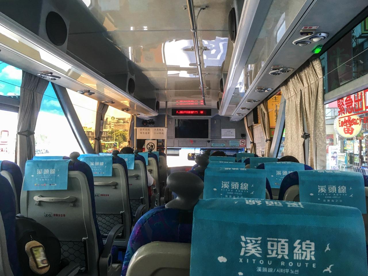 6670路線のバス車内