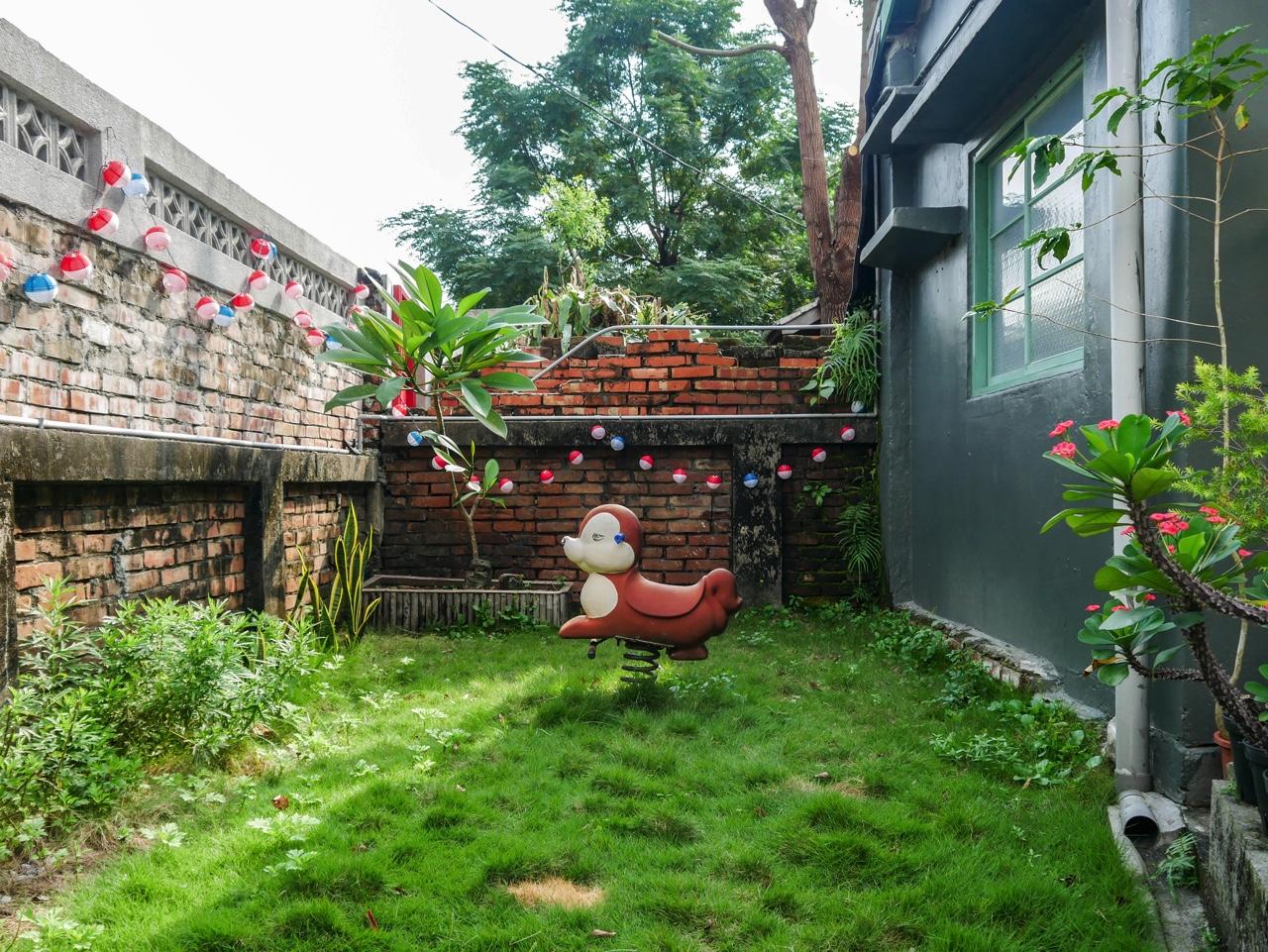 眷待期休憩所の庭に置かれたロッキング遊具